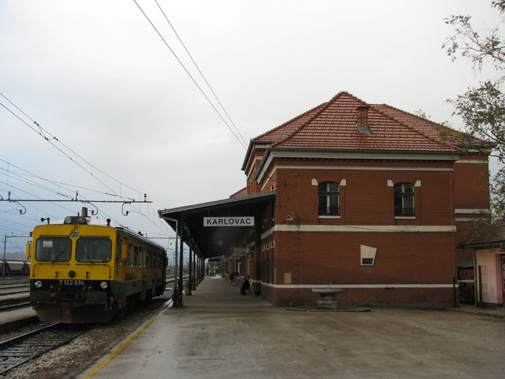 Karlovac Train Station with HŽ 7122.jpg