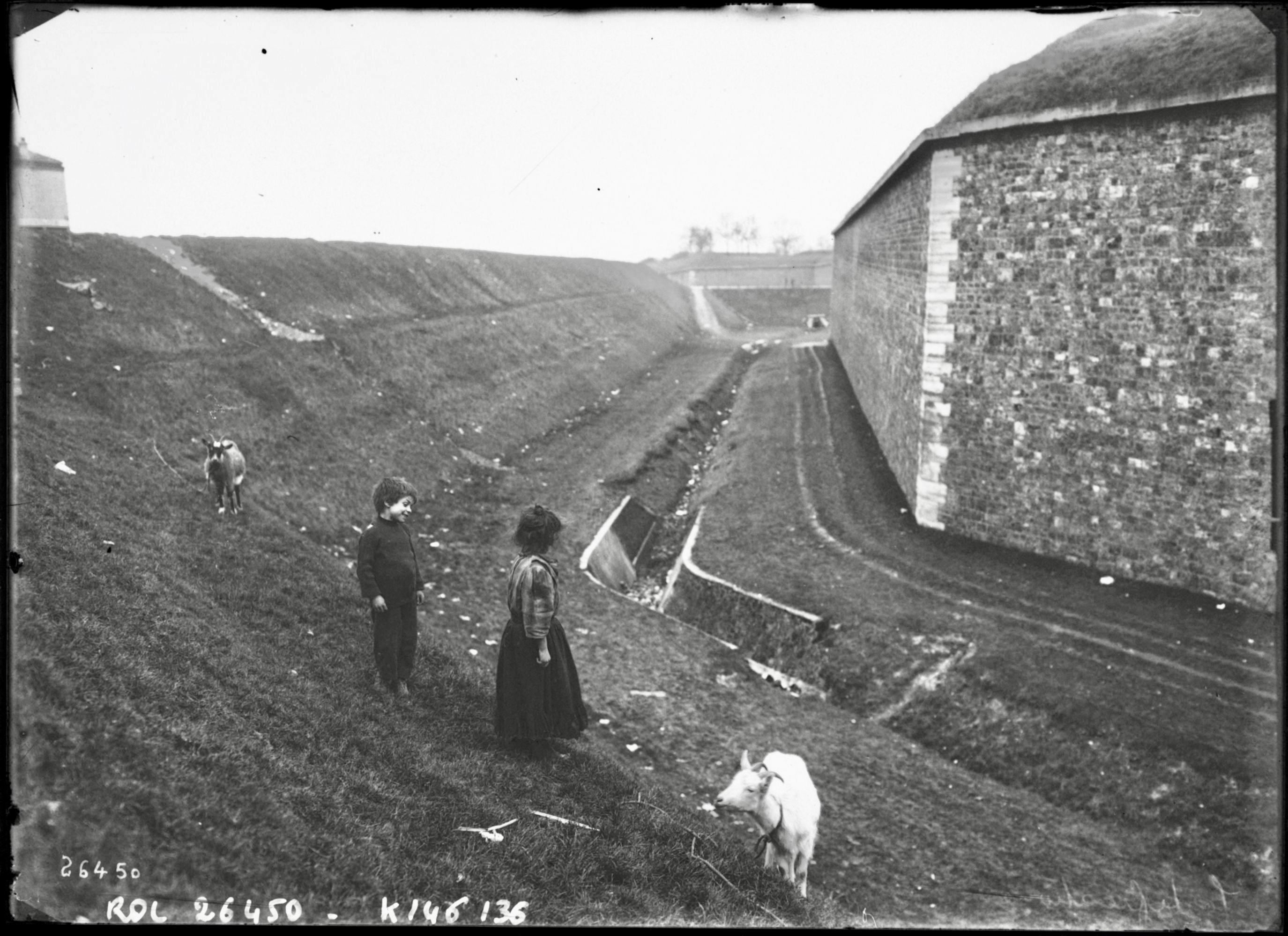 Fichier:L'enceinte de Thiers (Paris)- la muraille, le fossé, le talus de défense, et des petits zonards faisant paître leurs chèvres.jpeg