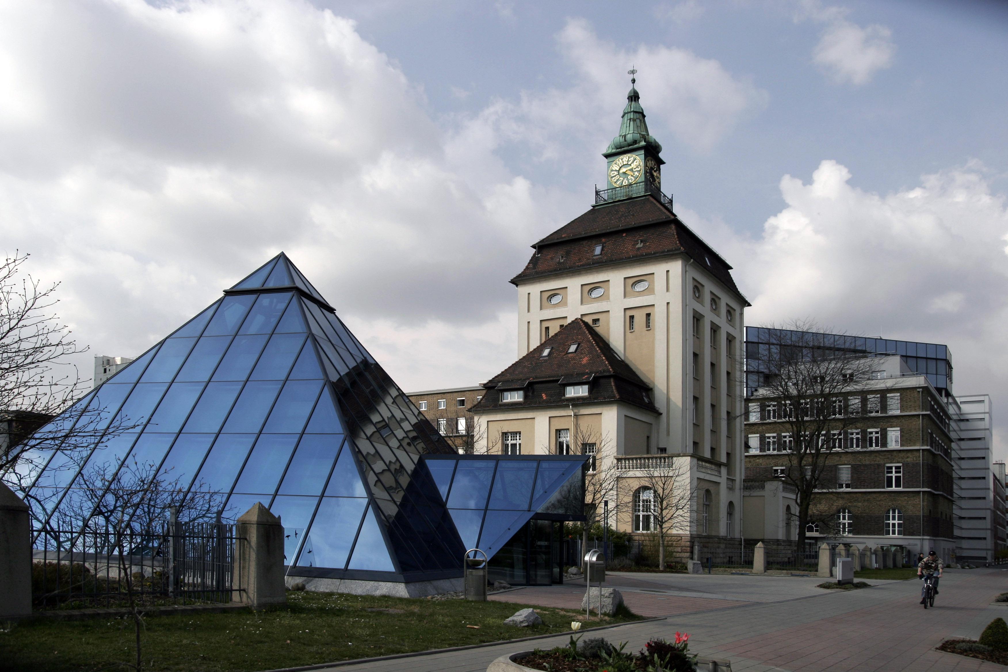File:Merck KGaA Pyramide Gruener Turm.jpg - Wikipedia
