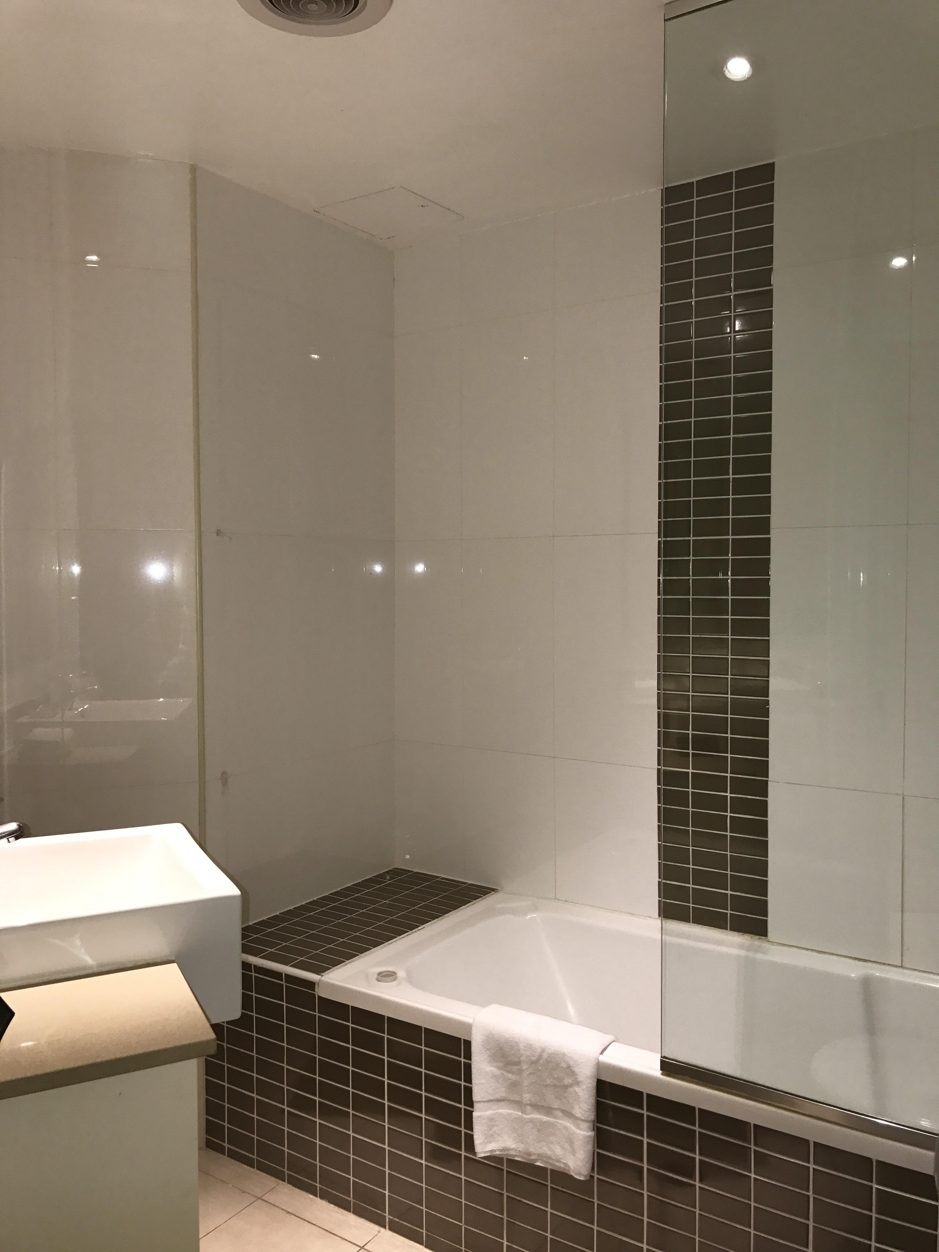 File:Meriton Serviced Apartments Kent Street, Sydney   Bathroom