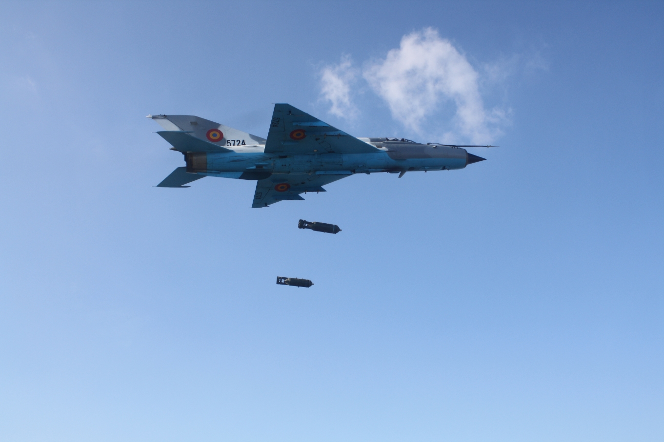 File:MiG-21 Lancer C dropping bombs.jpg - Wikimedia Commons