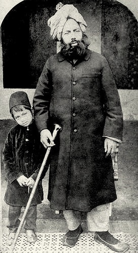 http://upload.wikimedia.org/wikipedia/commons/b/b5/Mirza_Ghulam_Ahmad_with_son.jpg