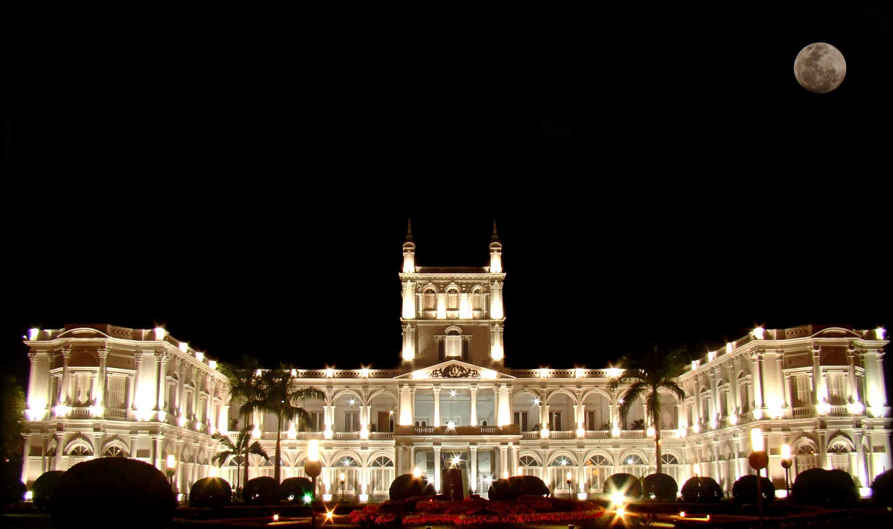 https://upload.wikimedia.org/wikipedia/commons/b/b5/Palacio_de_L%C3%B3pez_de_noche.jpg