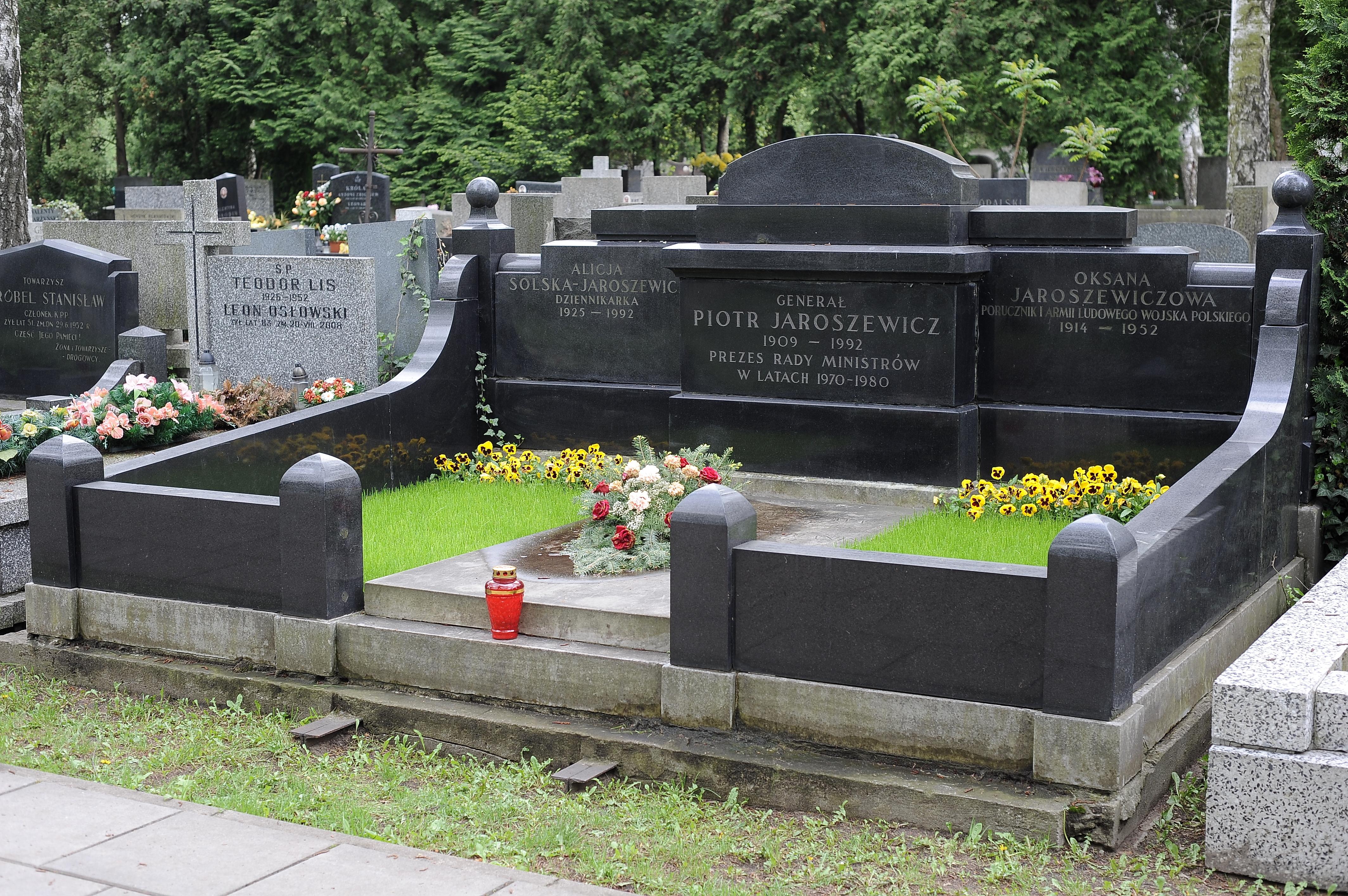 File:Piotr Jaroszewicz grave.jpg - Wikimedia Commons
