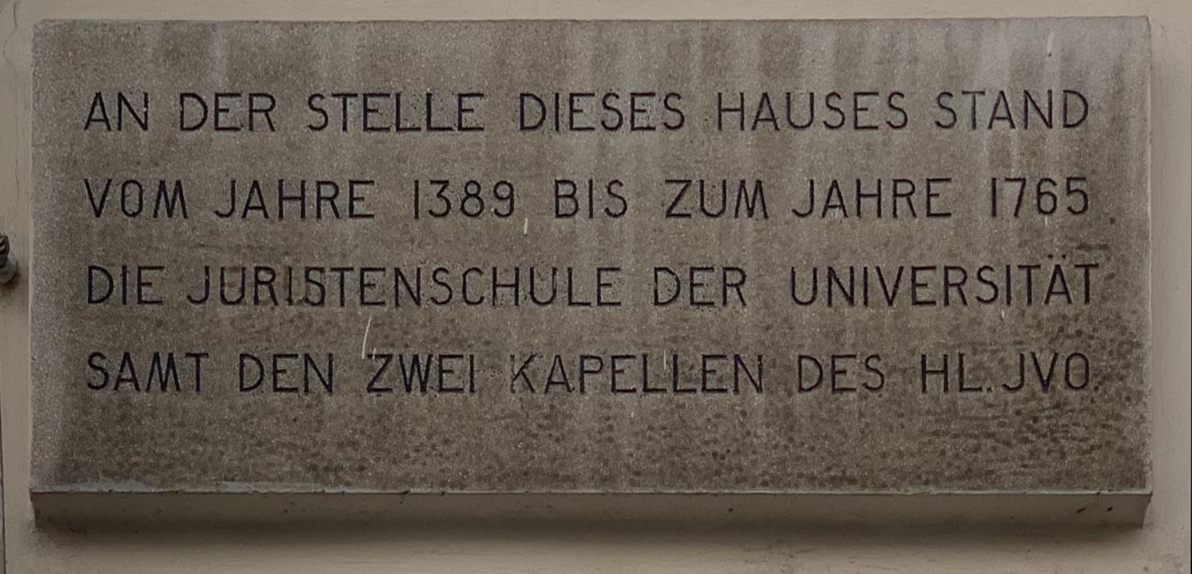 Plaque signalant la présence d'une ancienne institution scolaire, Schulerstraße (Vienne) août 2019.jpg