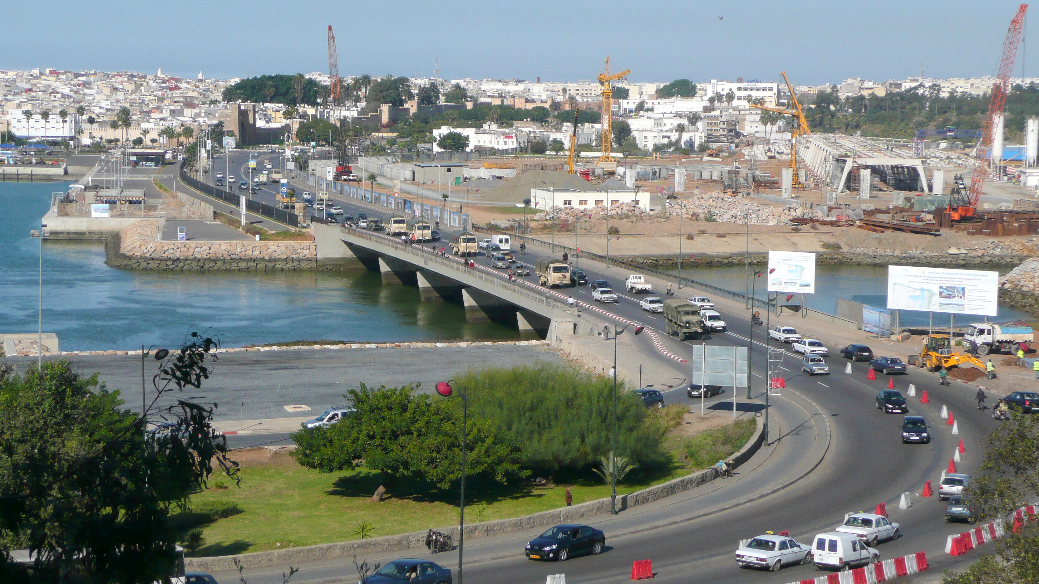 اكتشف المغرب في عشر دقائق  من أمواج الاندلس Pont_routier_entre_Rabat_et_Sal%C3%A9_P1060408