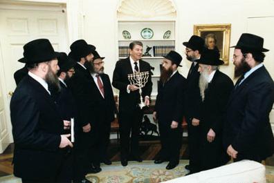 https://upload.wikimedia.org/wikipedia/commons/b/b5/Reagan_receives_menorah_1986.jpg