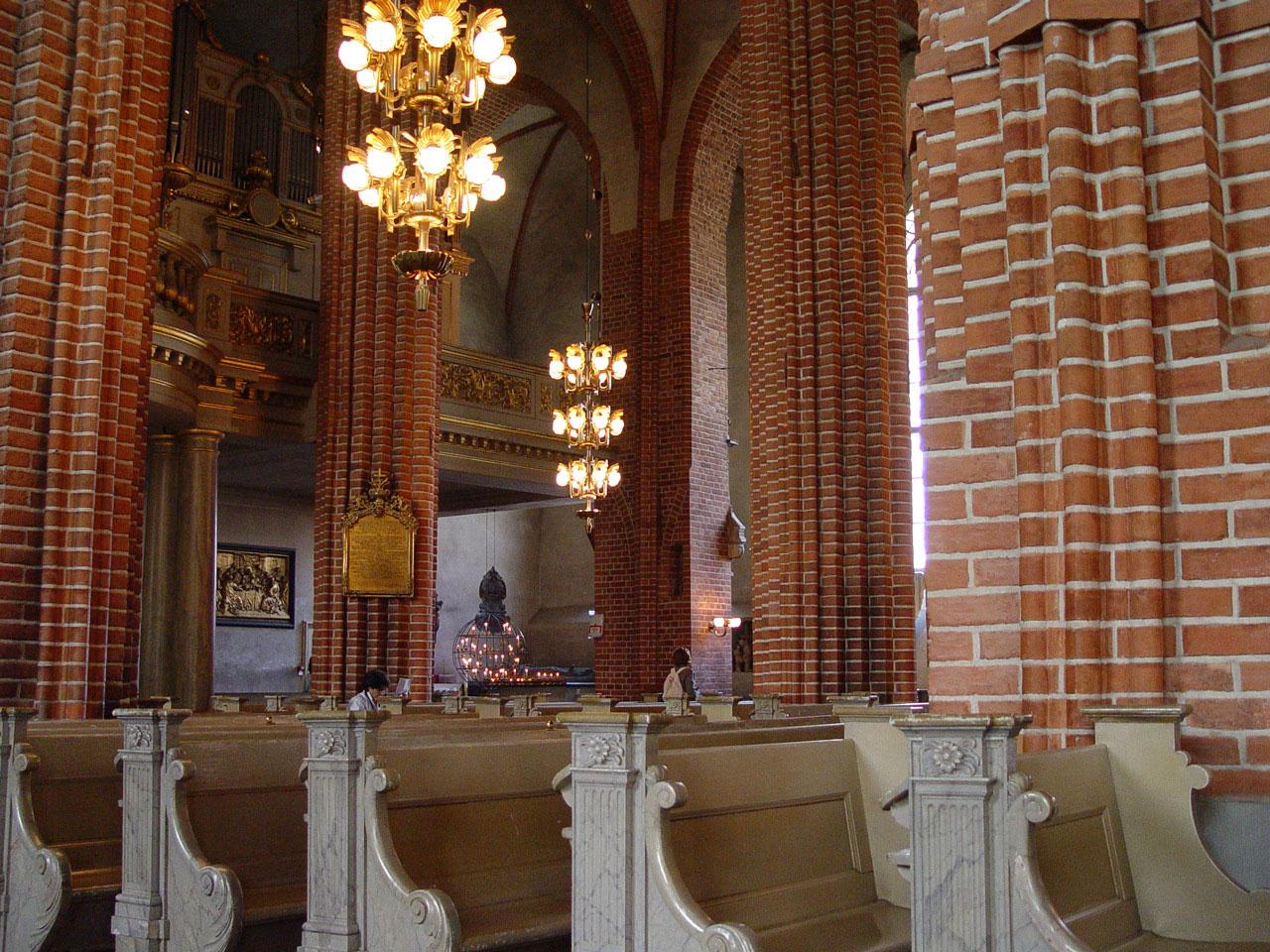 Blick zur Orgel und zum Lichterglobus von Torolf Engström