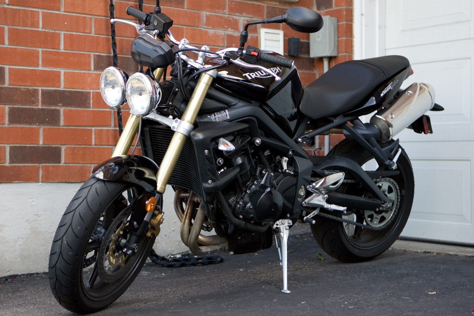 Description Triumph Street Triple 675 front left threequarter.jpg