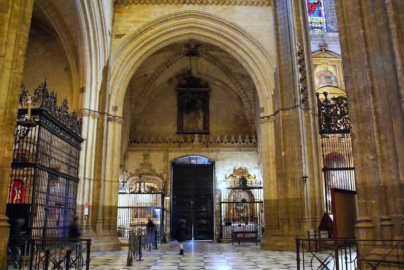 File vista general del interior de la puerta de los palos catedral de sevilla jpg wikimedia - Catedral de sevilla interior ...