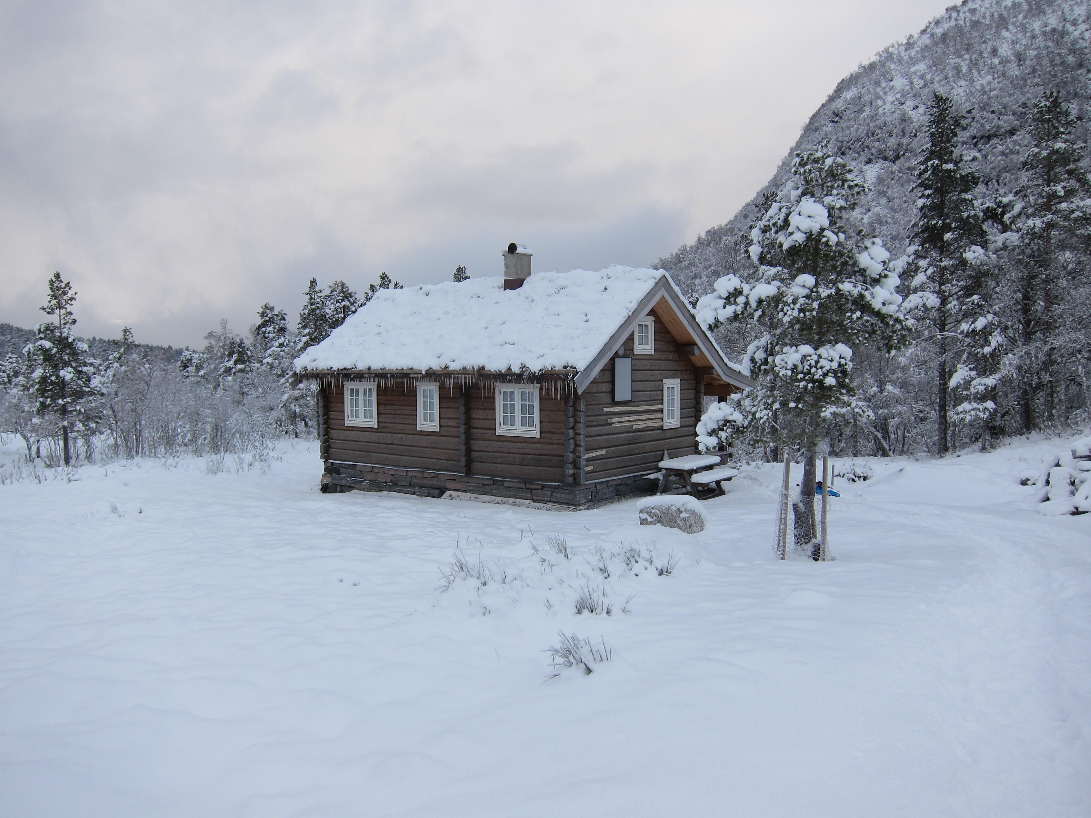 file winter view of typical norwegian hytte cabin coverd. Black Bedroom Furniture Sets. Home Design Ideas