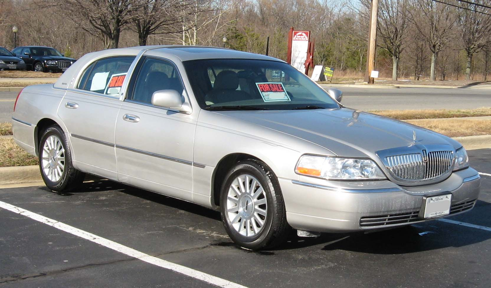 https://upload.wikimedia.org/wikipedia/commons/b/b6/2003-Lincoln-Town-Car-Signature-1.jpg