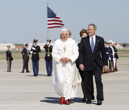 Resultado de imagen de benedict xvi usa flag 2008