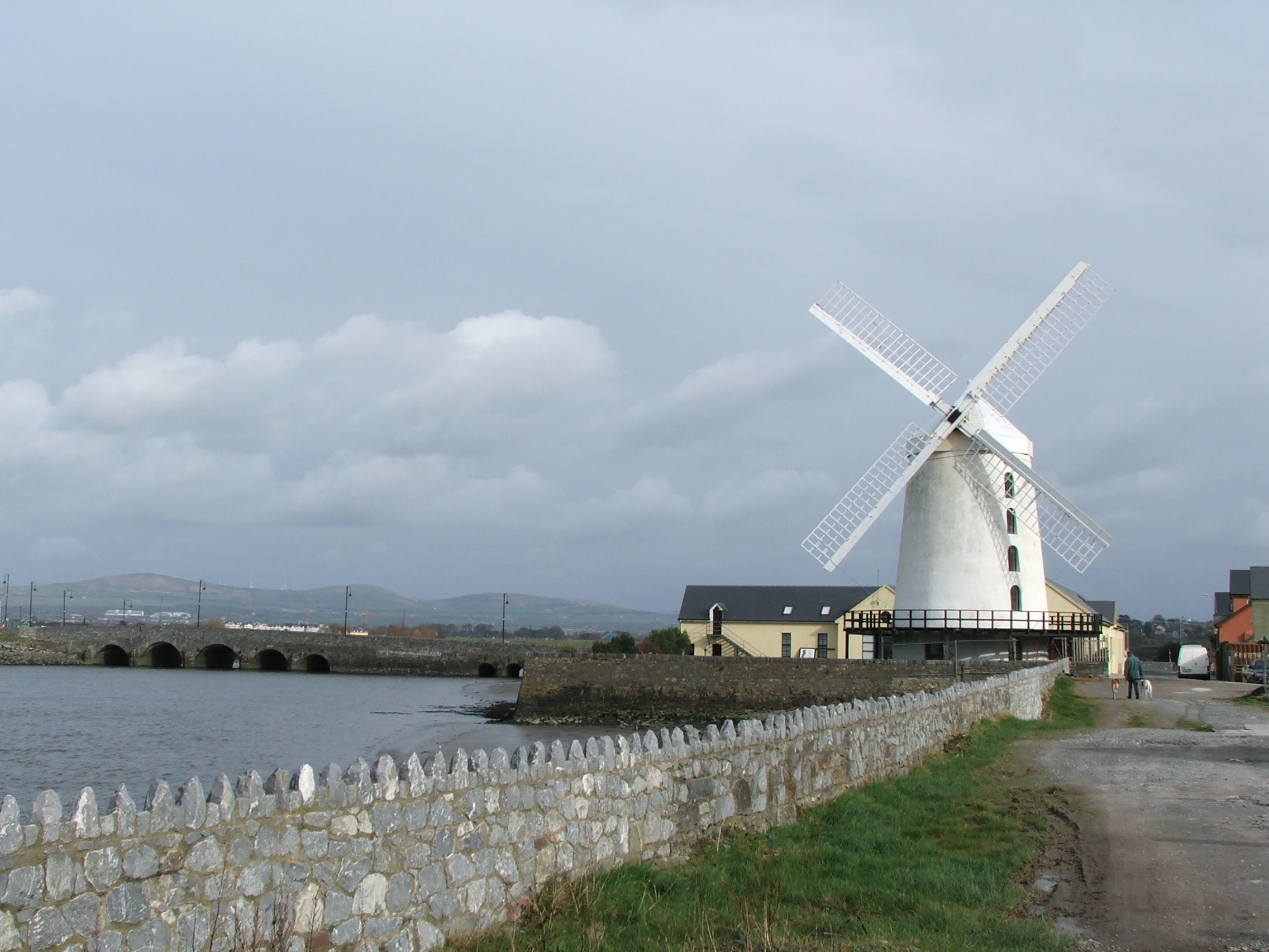http://upload.wikimedia.org/wikipedia/commons/b/b6/Blennerville_windmill.jpg
