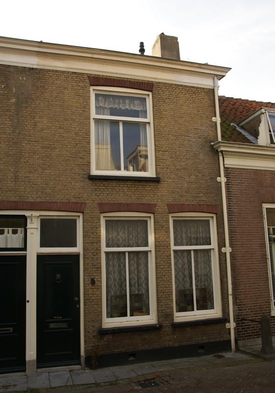 Woonhuis van parterre en verdieping onder een dak met het nr 3 blauwe stoep achtergevel - Kantoor onder het dak ...
