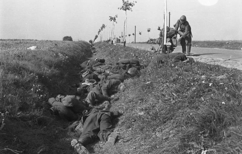 Bundesarchiv Bild 101I-012-0018-06A, Polen, Gefallene polnische Soldaten.jpg