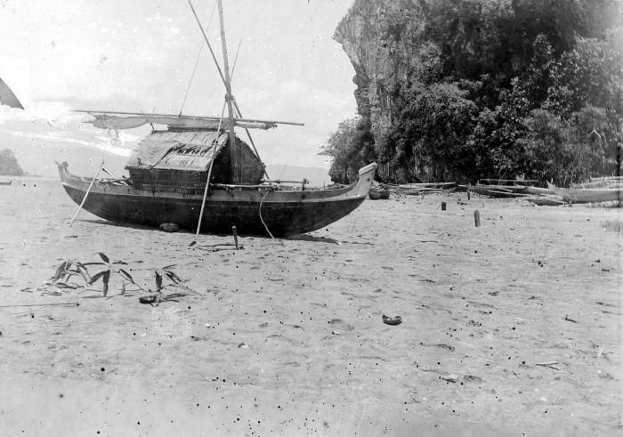 File:COLLECTIE TROPENMUSEUM Bagageprauw op het opgedroogde strand van Kaibobo daarachter een kalksteenklip TMnr 10010504.jpg