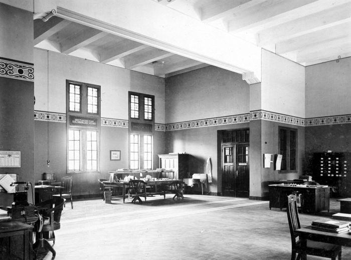 File:COLLECTIE TROPENMUSEUM Interieur kantoor hoofdkassier van de ...