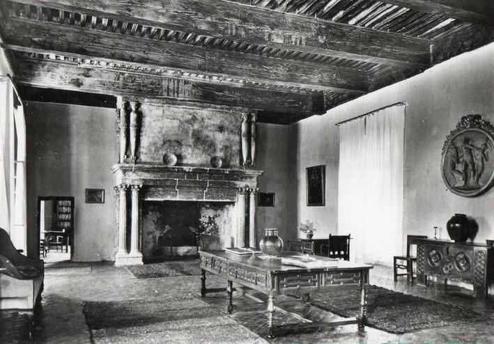 File:Château de Lourmarin la Sallestre et sa cheminée monumentale.jpg