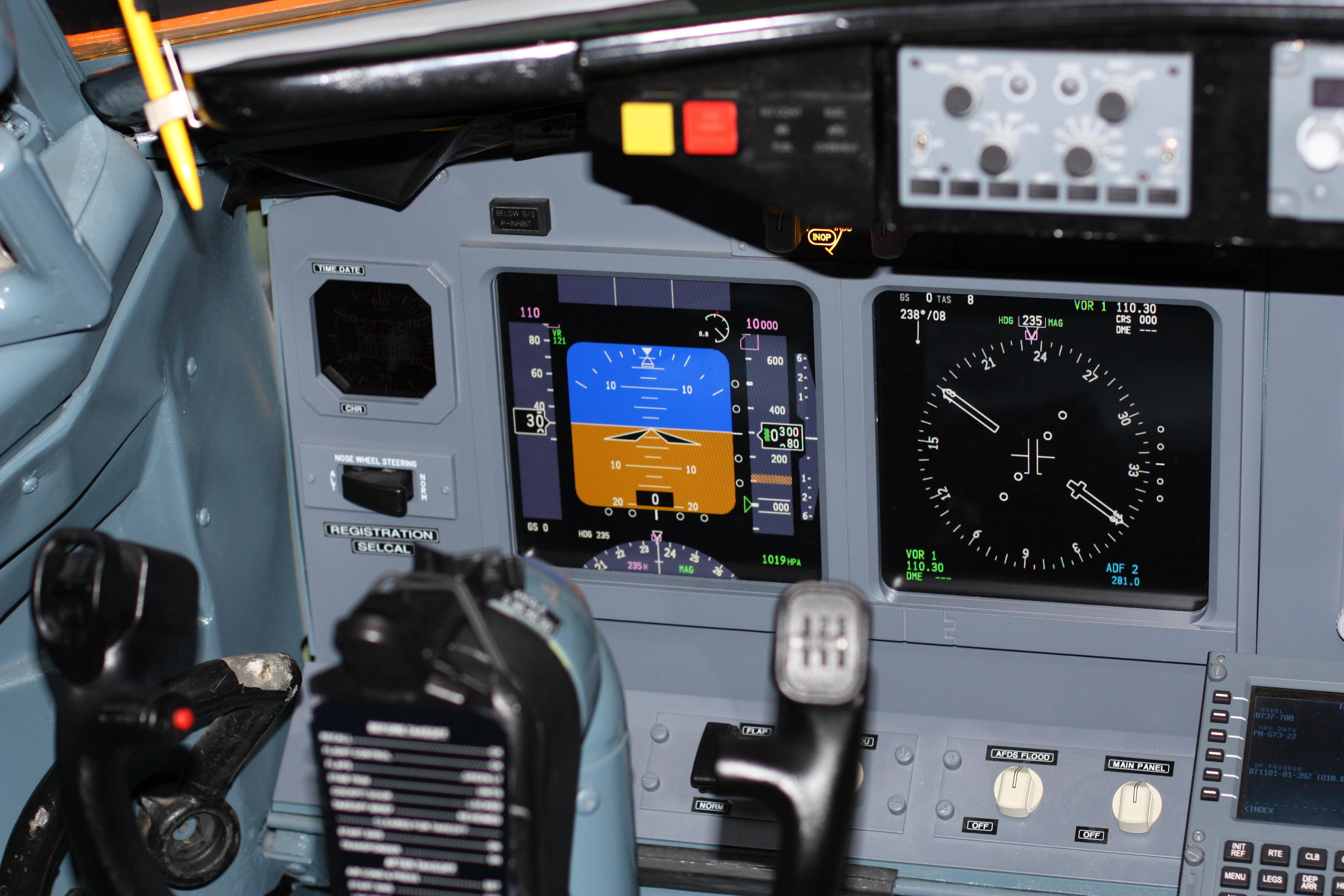 File:Cockpit of Boeing 737 700 Flight Simulator in BerlinIMG 0135
