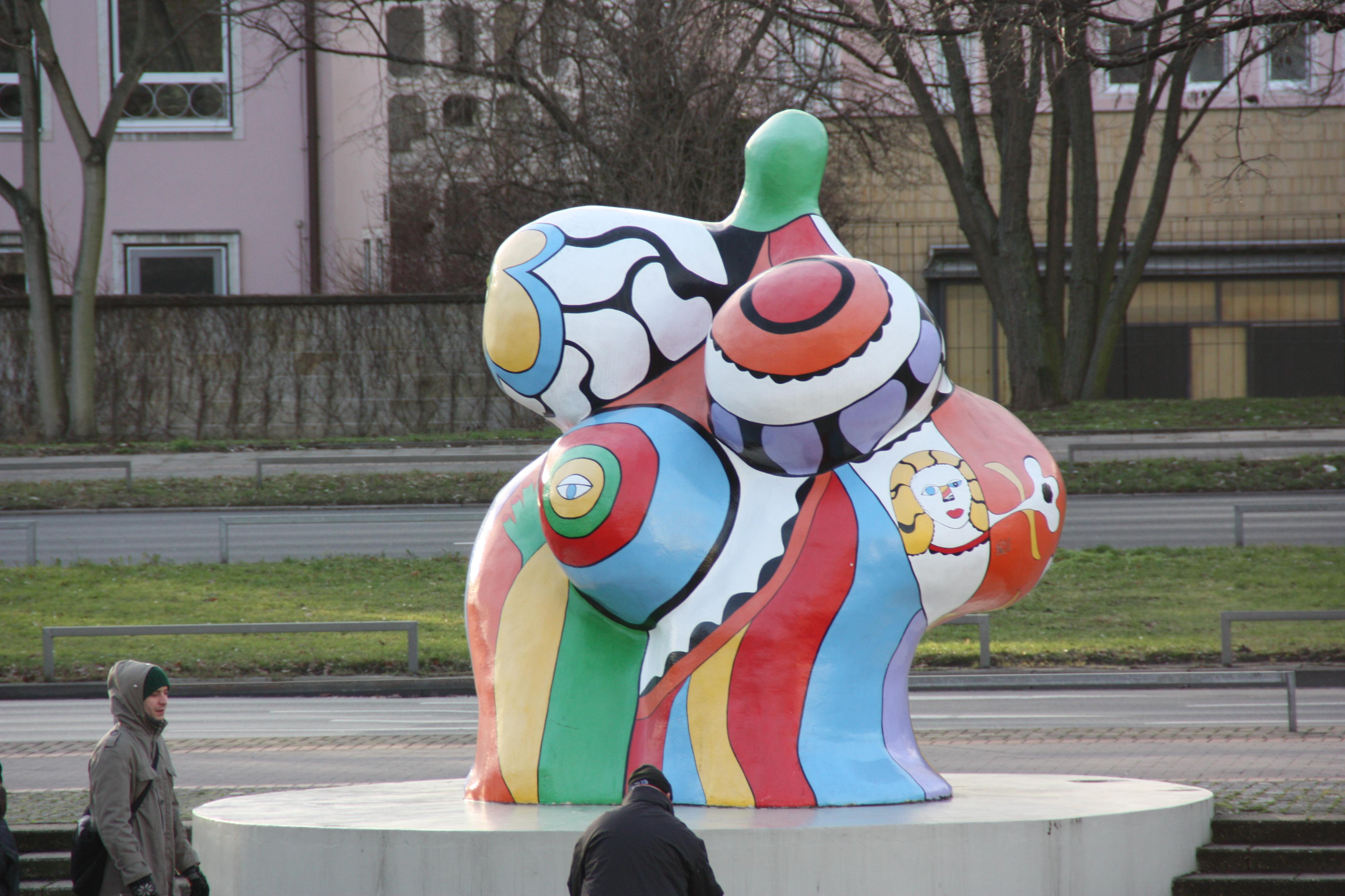 Sculpture Femme Ronde Colorée art féministe — wikipédia