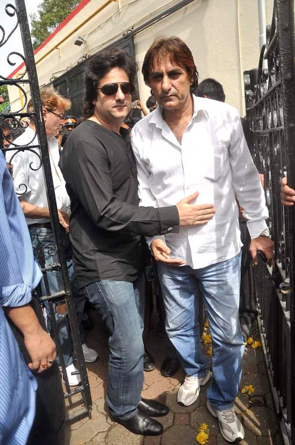 File:Fardeen Khan, Ali Khan at Dara Singh's funeral 07.jpg ...