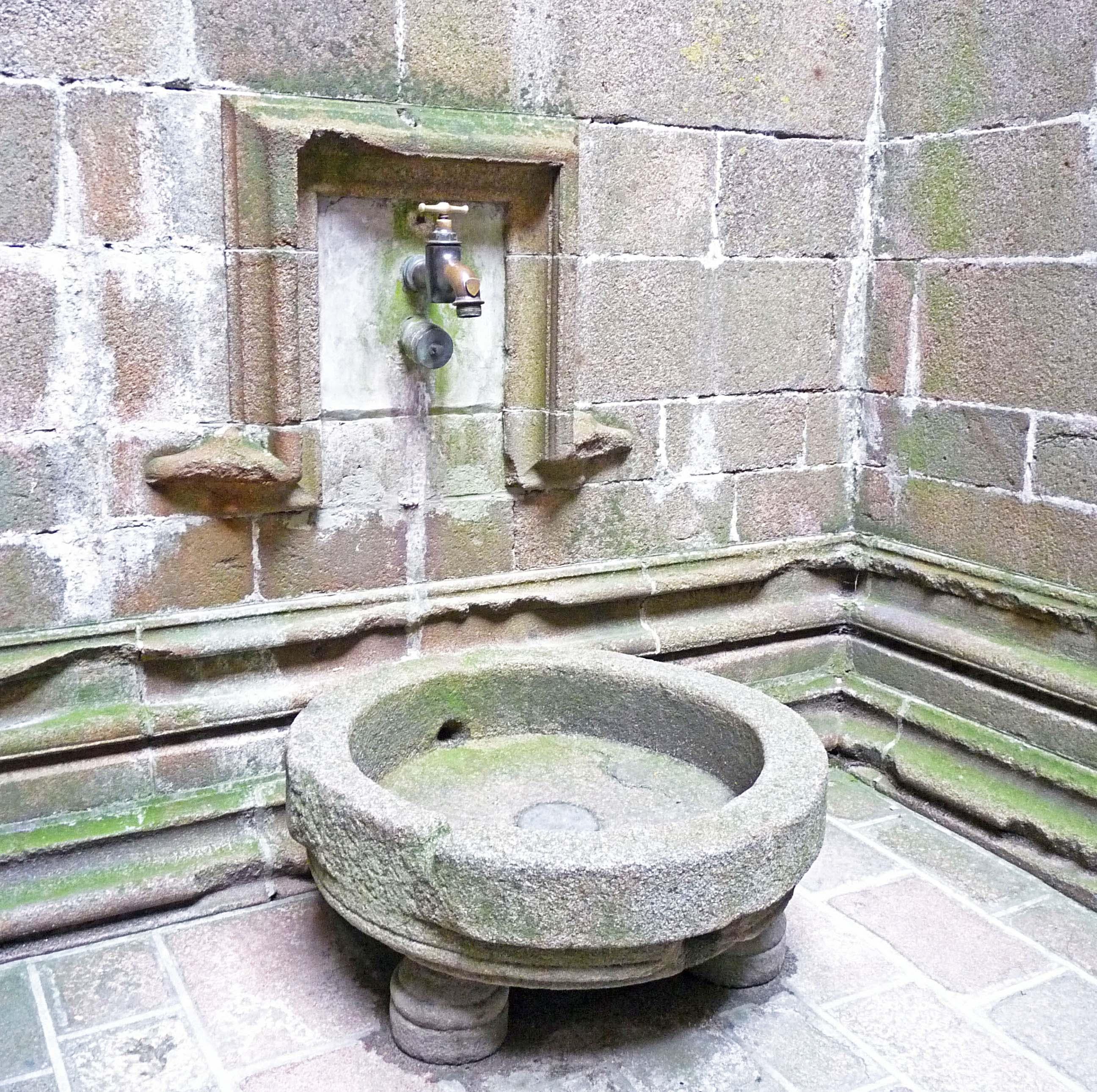 File fontaine ancienne au mont st wikimedia for Au jardin st michel pontorson