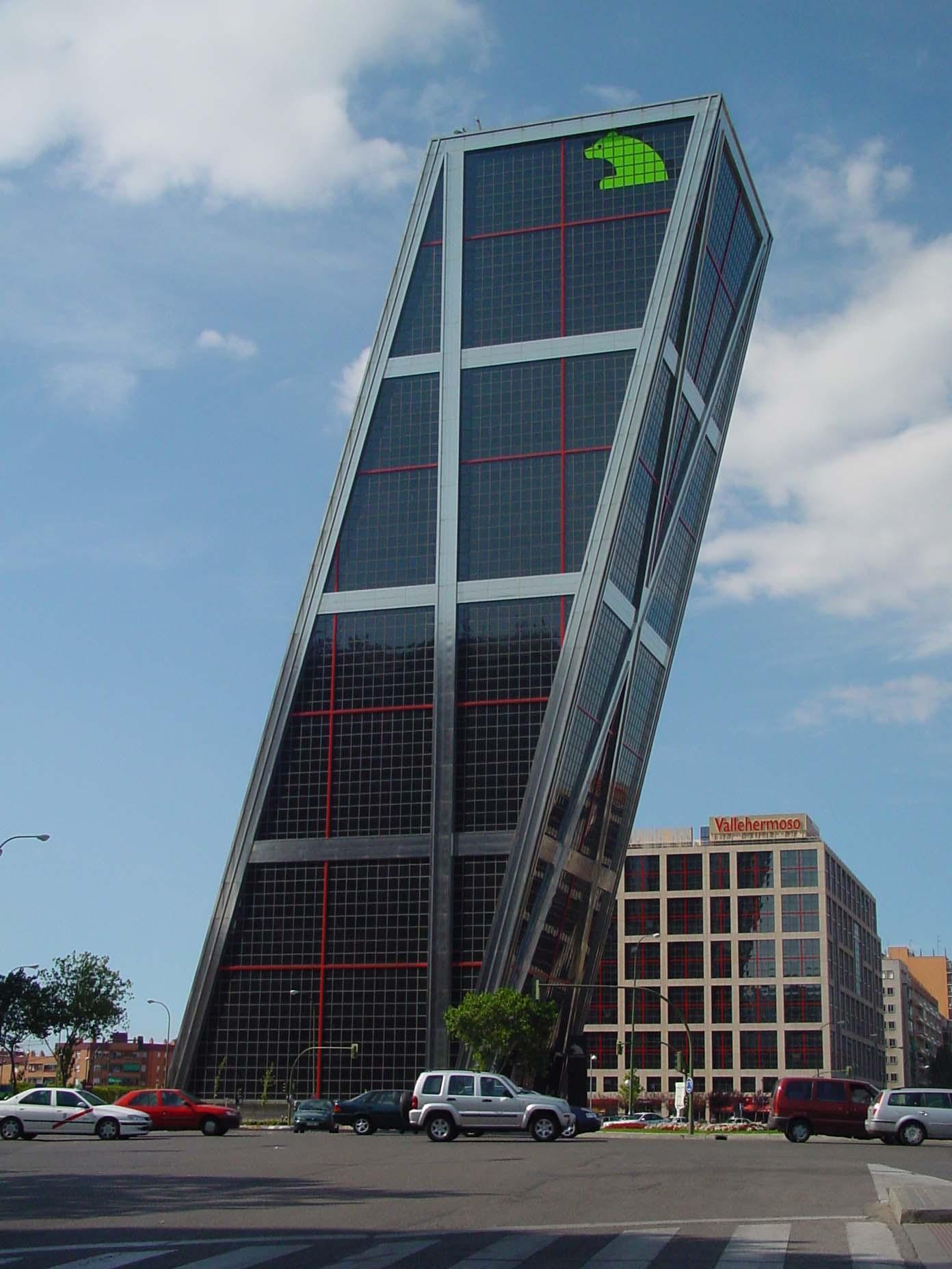 File foto una de las torres kio de wikimedia for High tech arquitectura