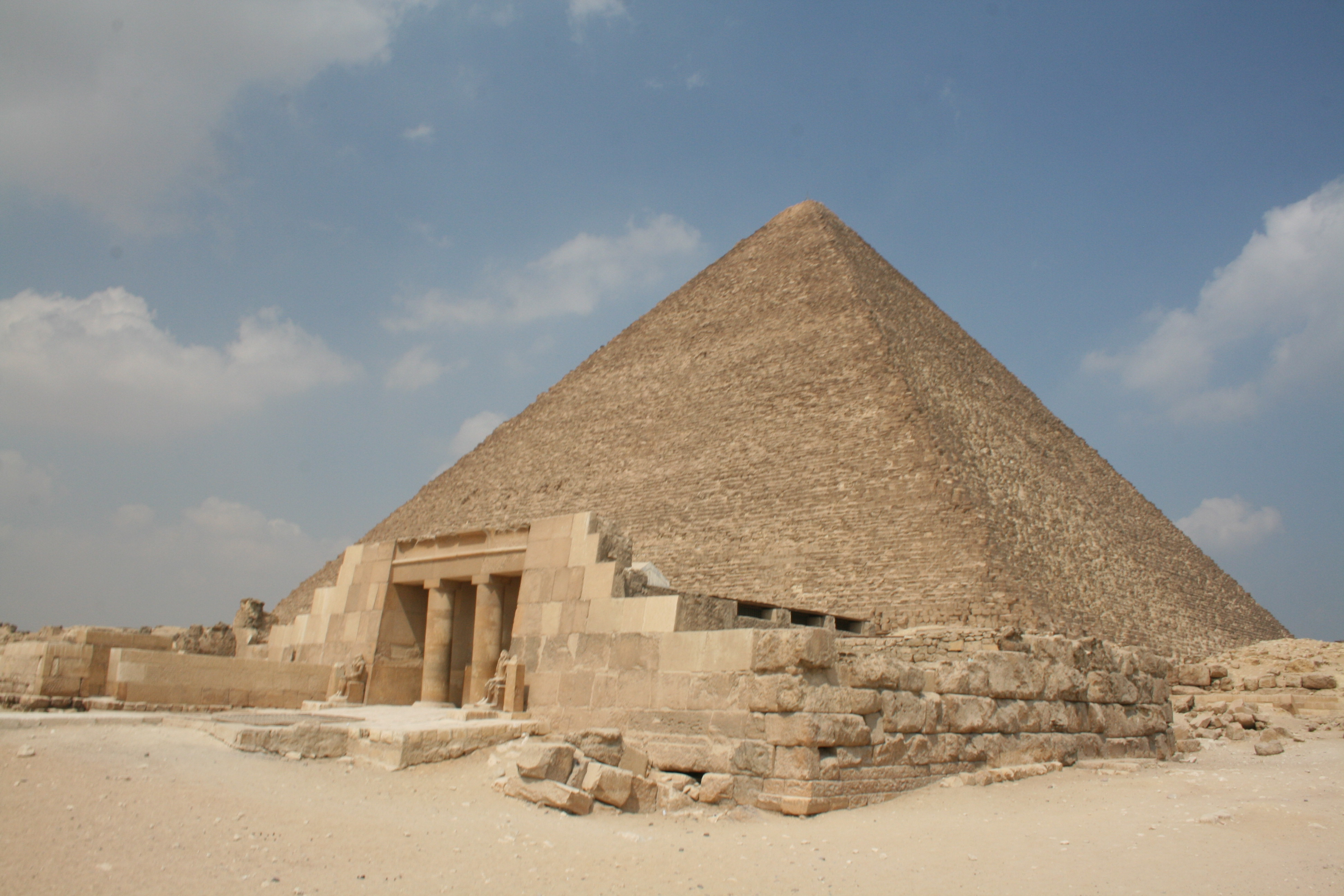 the great pyramid of giza There is debate as to the geometry used in the design of the great pyramid of giza in egypt built around 2560 bc, its once flat, smooth outer.