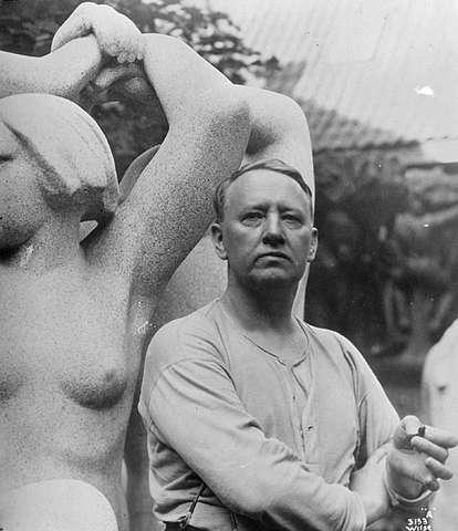 Una fotografía antigua del escultor