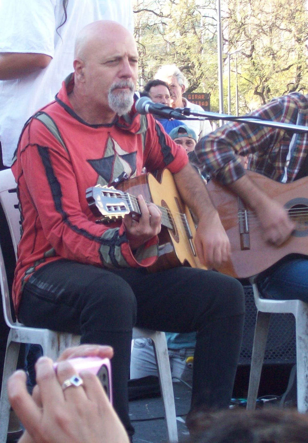 Gustavo Cordera tocando para el acampe de los pueblos originarios Qopiwini, en 2015.
