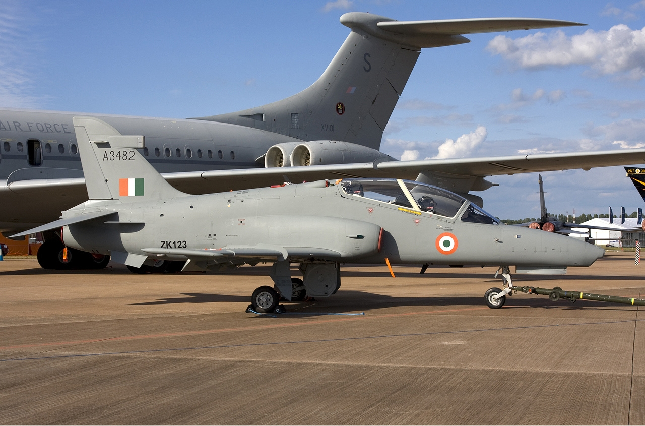 https://upload.wikimedia.org/wikipedia/commons/b/b6/Indian_Air_Force_BAE_Systems_Hawk_132_Lofting-1.jpg