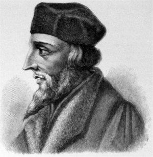 揚. 胡斯是捷克宗教思想家、哲學家、改革家,曾任布拉格查理大學校長,是宗教改革的先驅,認為一切應該以《聖經》為唯一的依歸,否定教皇的權威性,更是反對贖罪券,故被天主教視為異端,將他處以破門律,又將他誘捕燒死。他的追隨者被稱為胡斯信徒,胡斯信徒導致了胡斯戰爭的爆發。(維基百科)