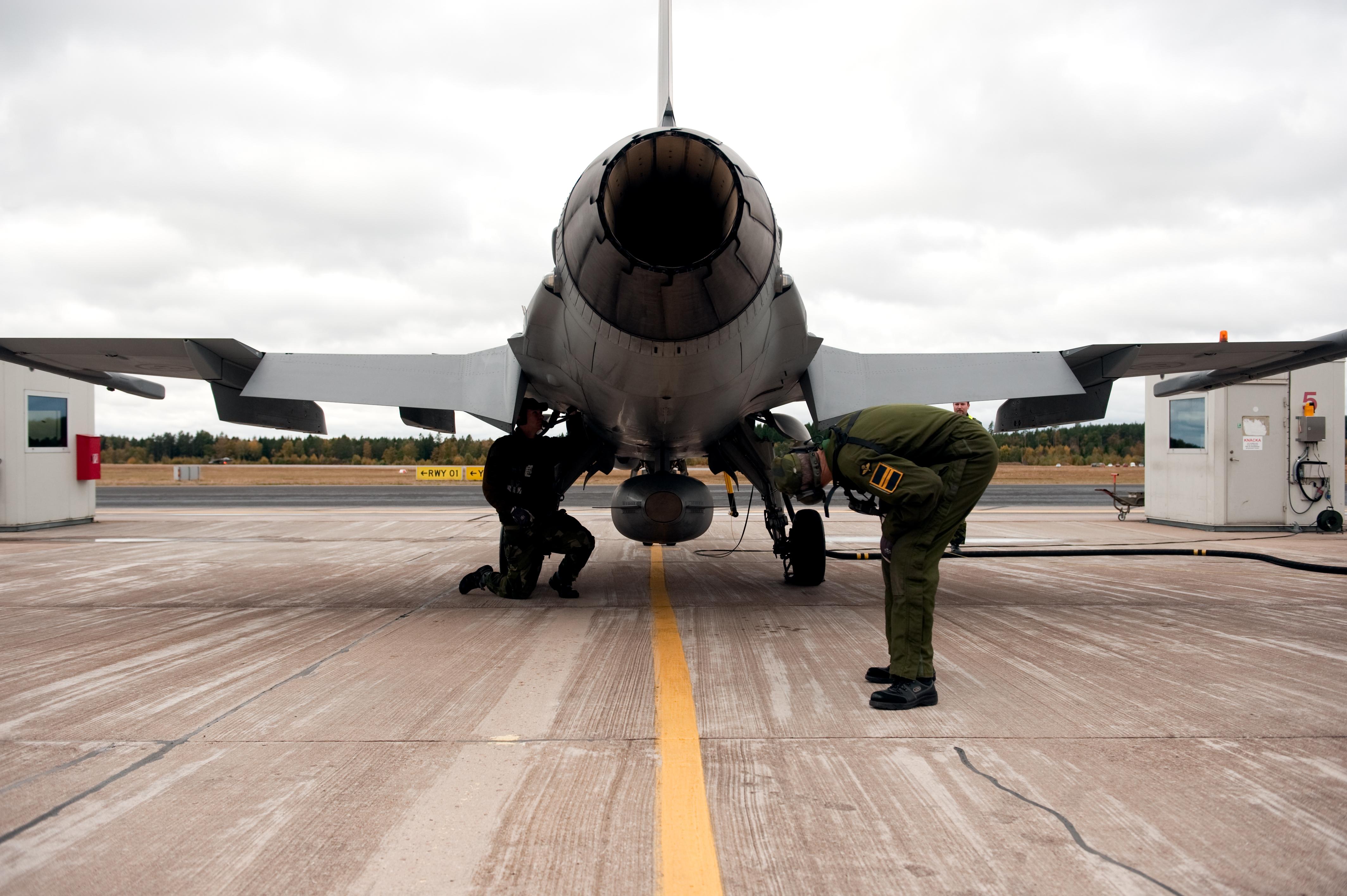 الفتخاء السويدية JAS-39 بالتفصيل الغير ممل! Klargoring_av_JAS_39_Gripen_pa_F17,_Kallinge_Sverige_(5)