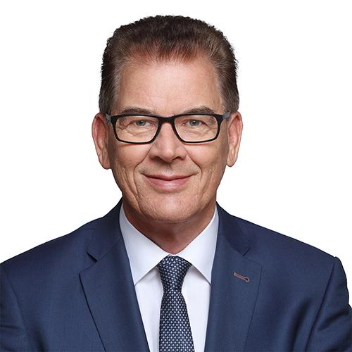 Gert Müller (2017) , Bundesminister für wirtschaftliche Zusammenarbeit und Entwicklung | Bildquelle: https://de.wikipedia.org/wiki/Gerd_M%C3%BCller_(Politiker,_1955) © Büro Dr. Gerd Müller / CC BY-SA https://t1p.de/hqo7 | Bilder sind in der Regel urheberrechtlich geschützt