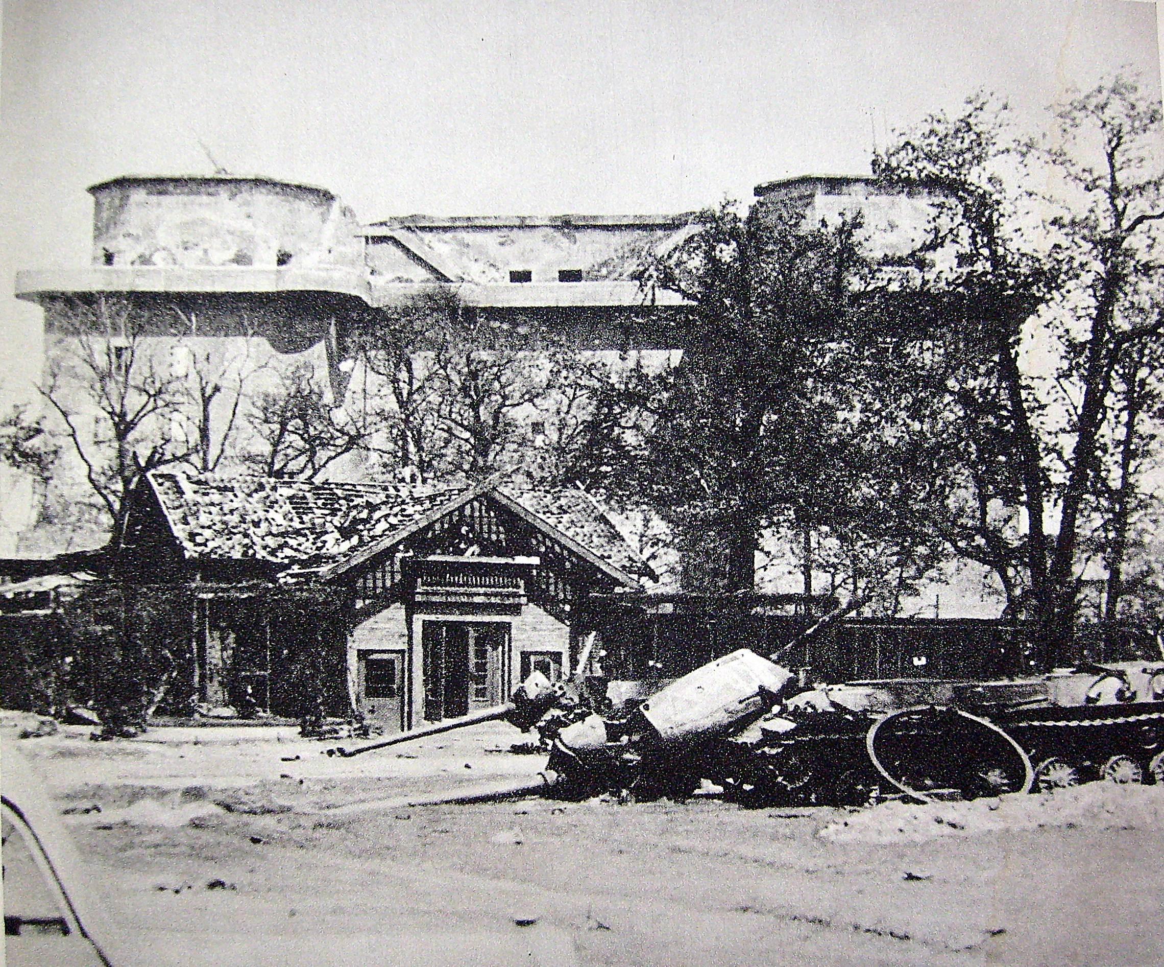 File:Maj 1945 schron Berlin ZOO.JPG - Wikimedia Commons