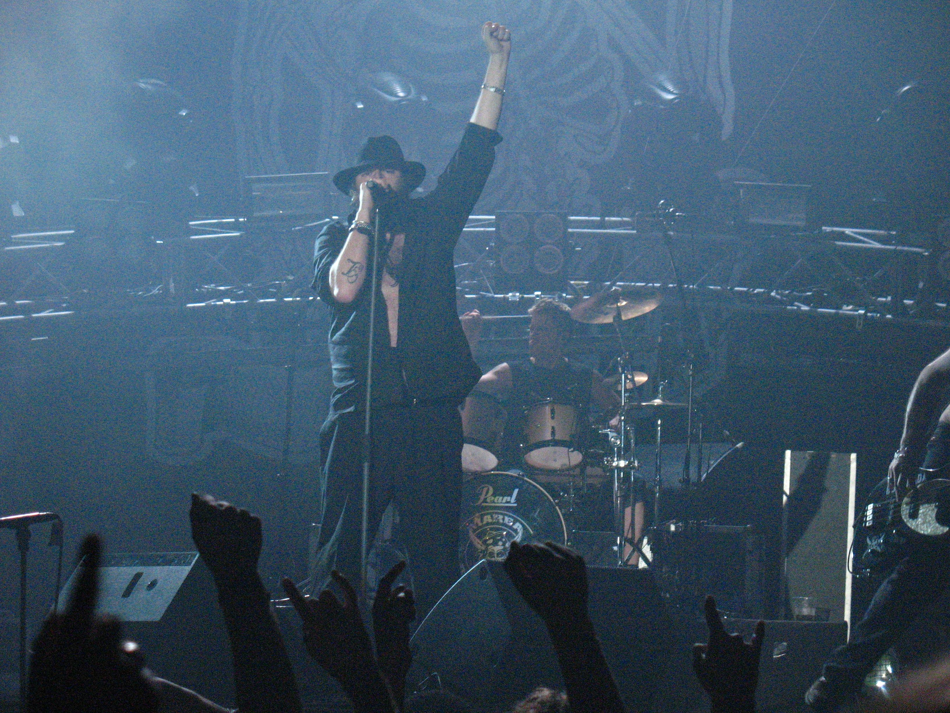 """Kutxi Romero en plena actuación en el concierto de la gira """"Piojoso Tour 2008"""" de Marea en el Olímpico de Badalona."""