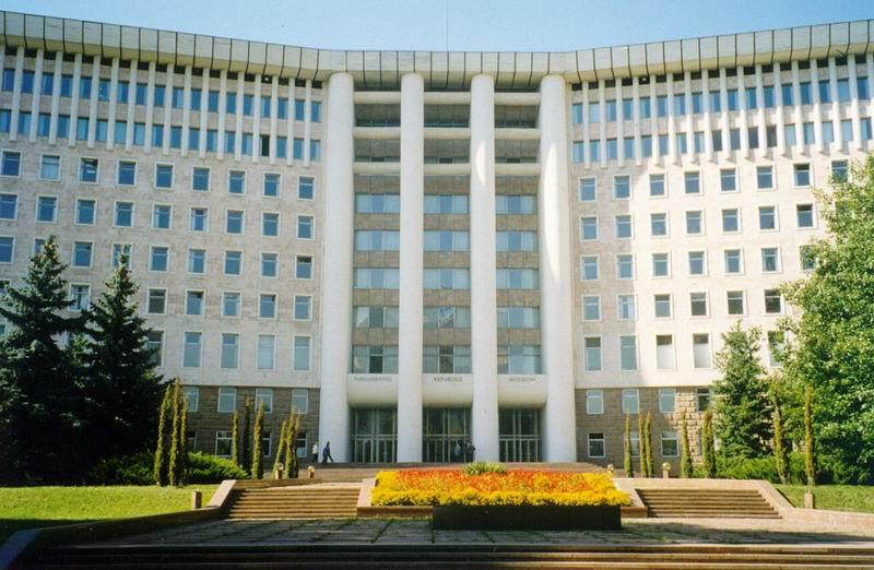 Archivo:Parliament Building Moldova.jpg