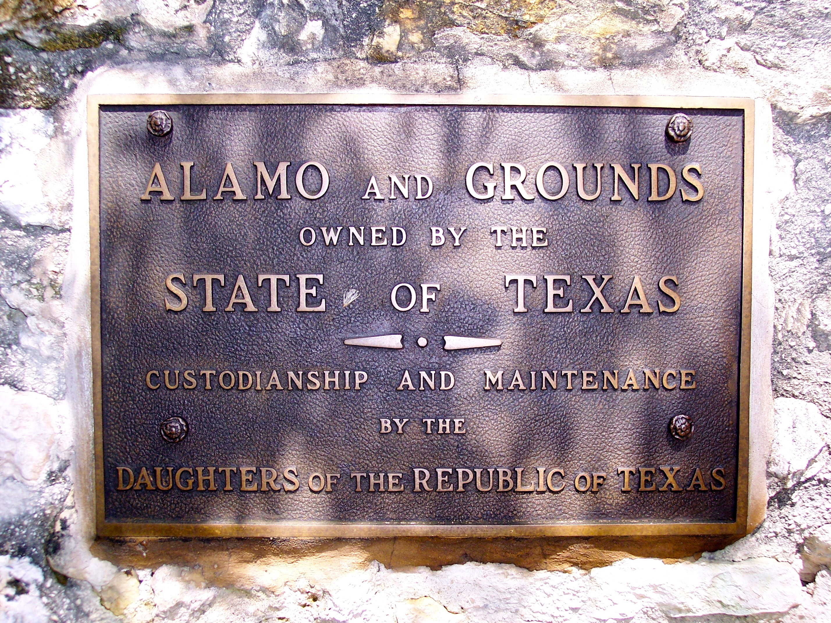 http://upload.wikimedia.org/wikipedia/commons/b/b6/Plaque_at_the_Alamo,_San_Antonio,_Texas,_June_4,_2007.JPG