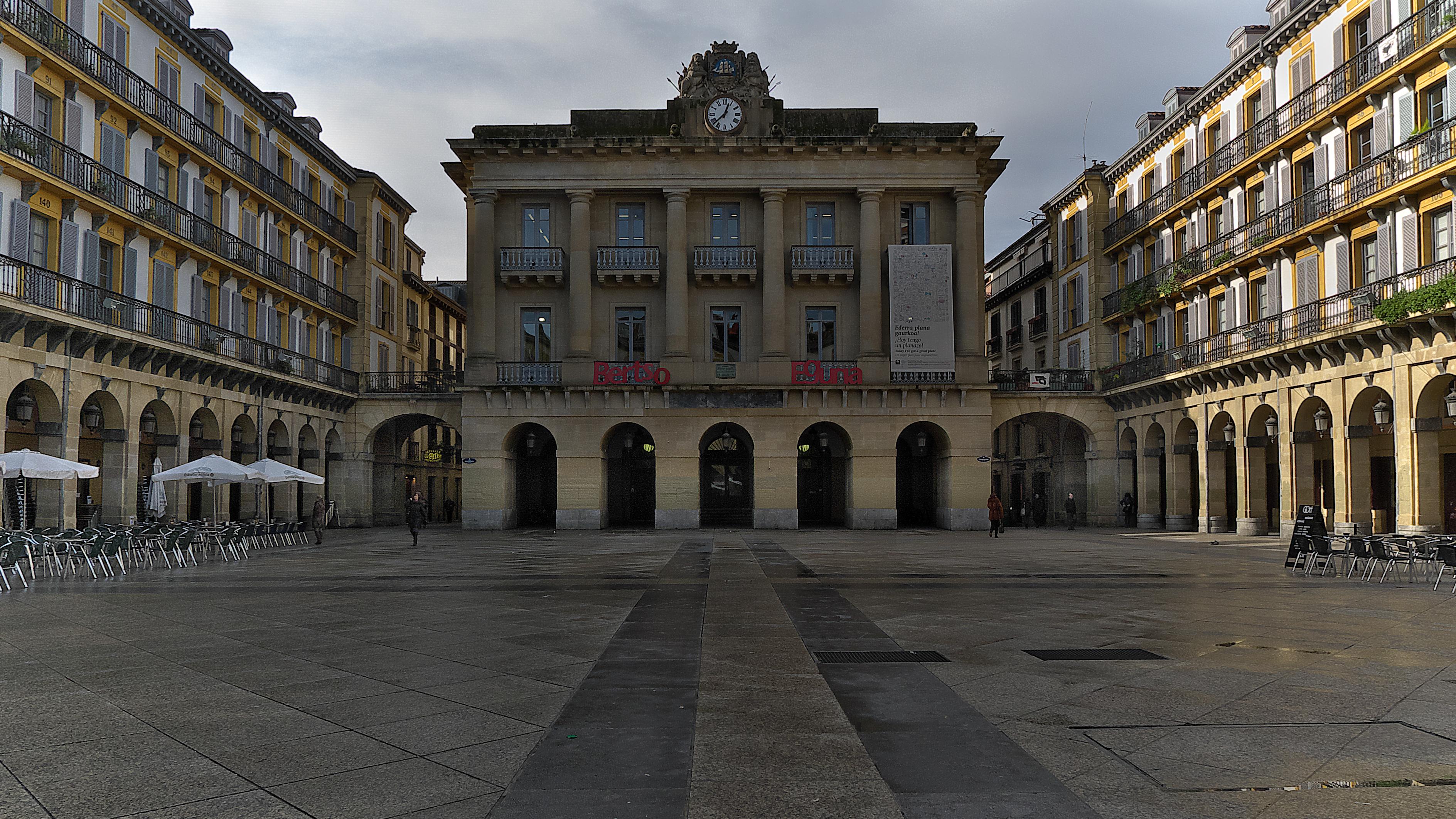 Fitxategi:Plaza de la Constitución. San Sebastián.jpg - Wikipedia, entziklope...