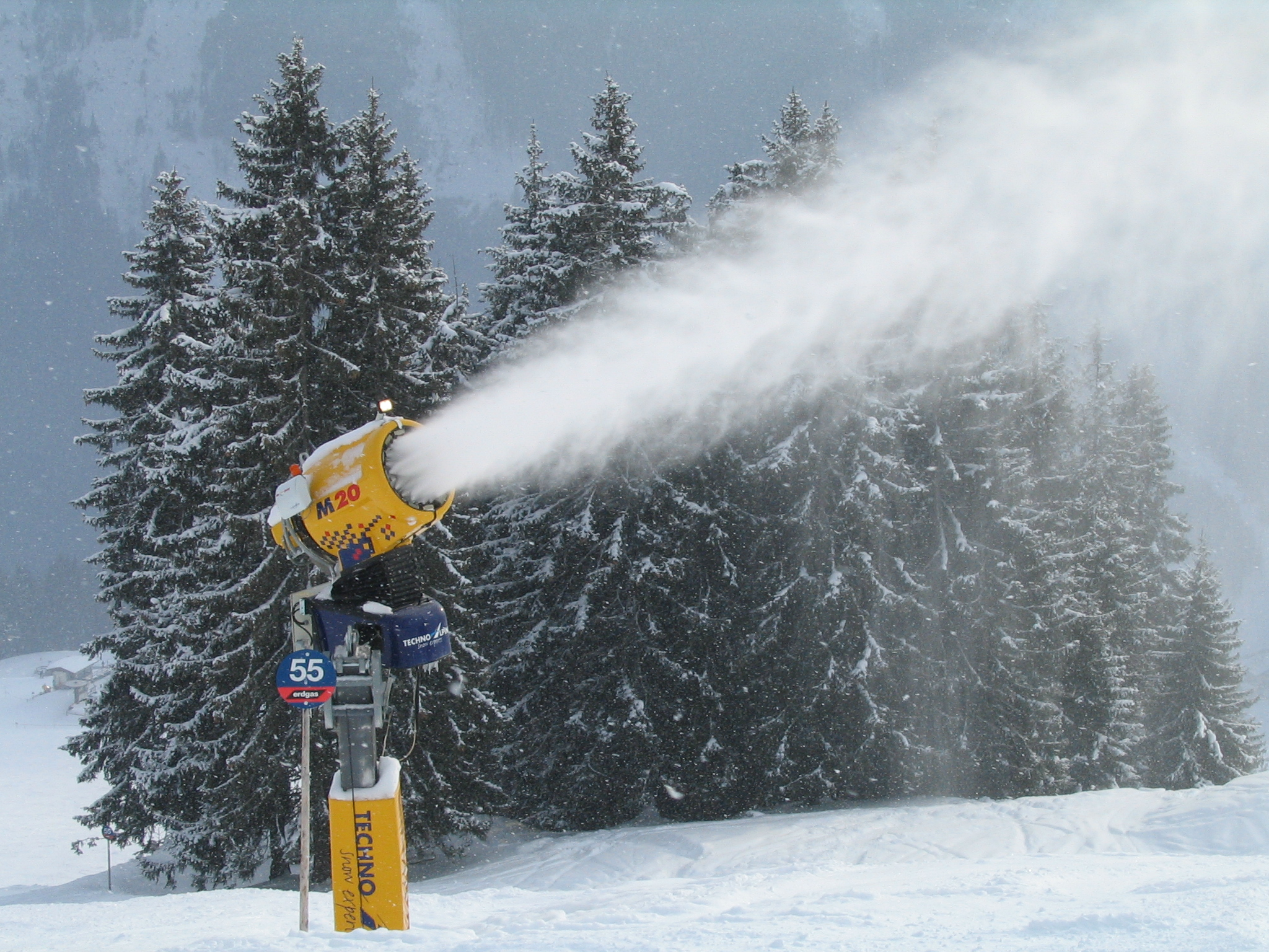 https://upload.wikimedia.org/wikipedia/commons/b/b6/Snow_cannon_Saalbach.JPG