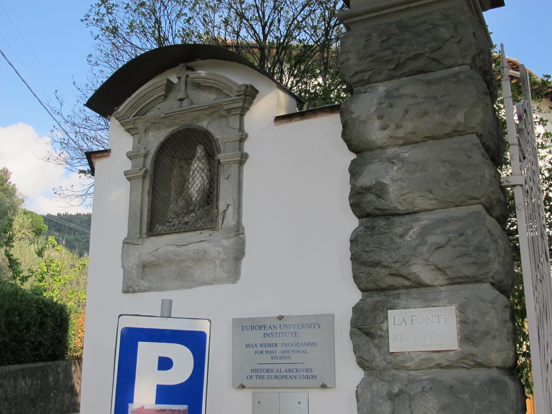 File Villa La Fonte Ingresso Tabernacolo Esterno Jpg Wikimedia