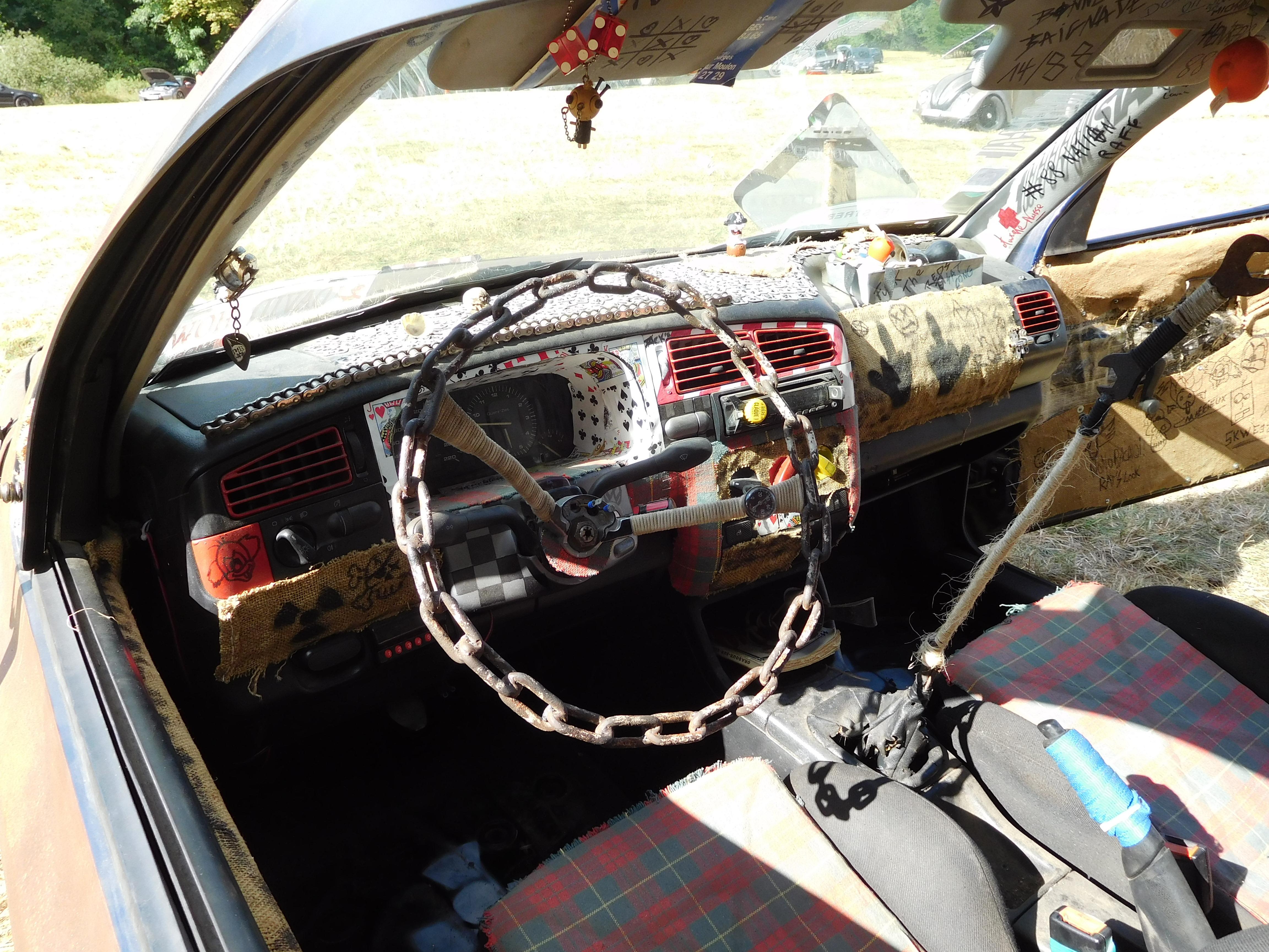 File:Volkswagen Golf III dashboard, Rat's look jpg - Wikimedia Commons