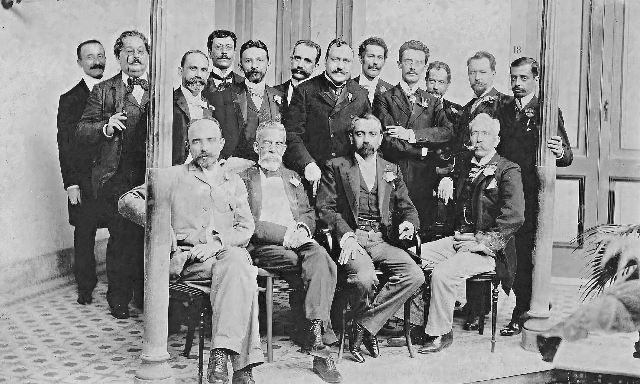 Machado de Assis ao lado de outros literatos brasileiros, em foto de 1890.