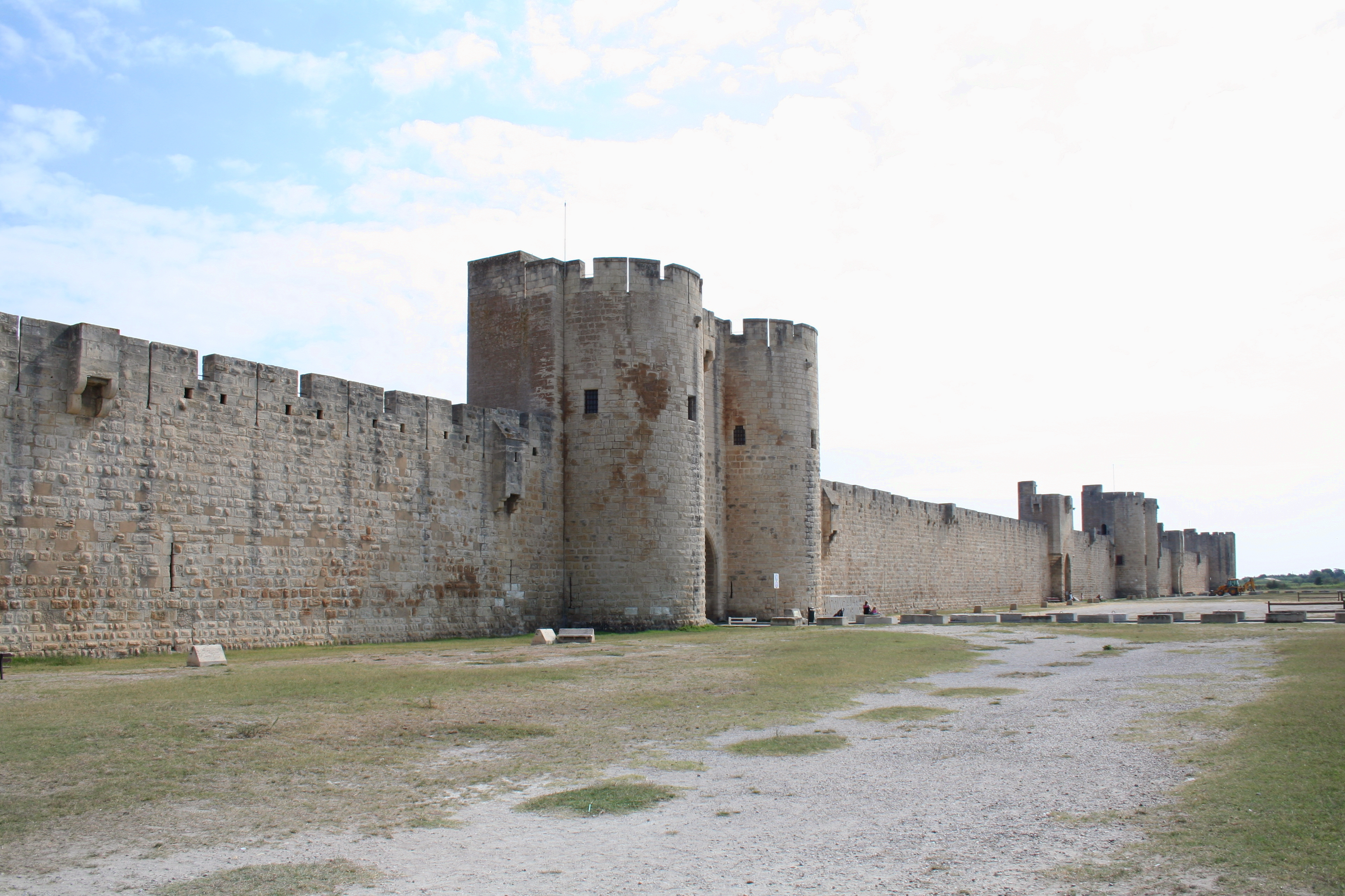 File:Aigues Mortes - City Walls 2.jpg - Wikimedia Commons