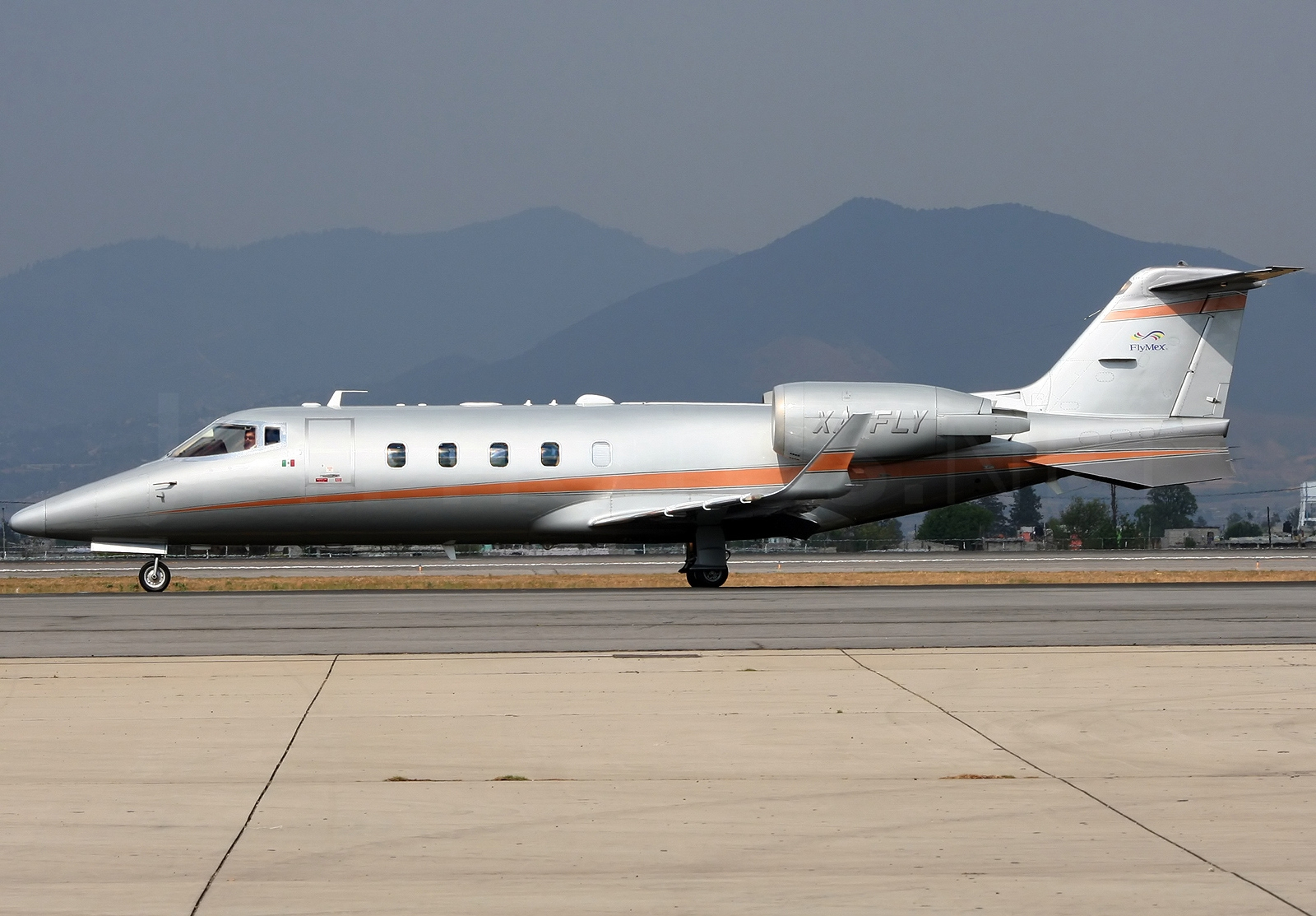 File:Bombardier Learjet 60, Private JP7143584.jpg ...