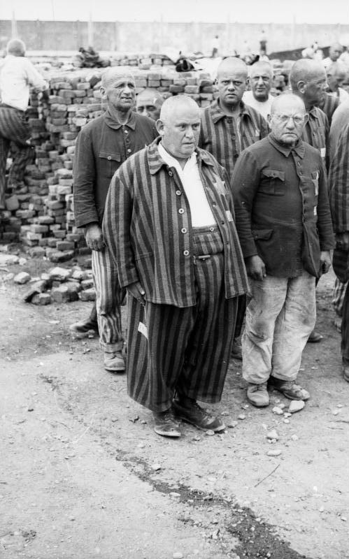 Bundesarchiv Bild 152-27-13A, Dachau Konzentrationslager, H%C3%A4ftlinge beim Appell.jpg
