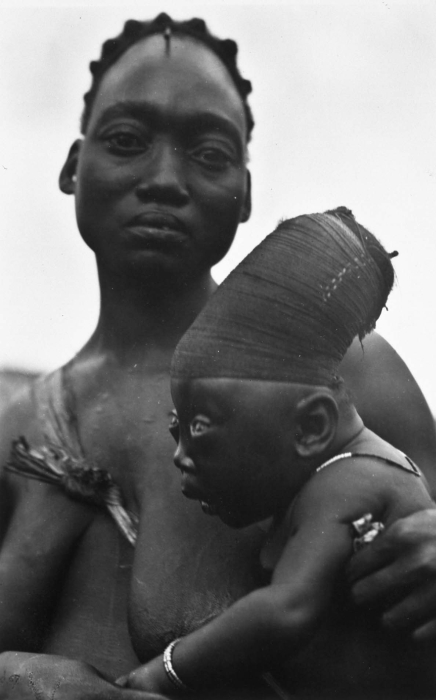 https://upload.wikimedia.org/wikipedia/commons/b/b7/COLLECTIE_TROPENMUSEUM_Mangbetu_vrouw_met_baby_met_gedeformeerd_achterhoofd_TMnr_60033952.jpg