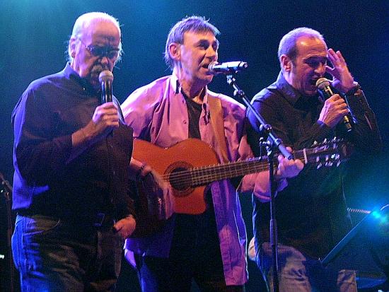 José Antonio Labordeta, izq., es autor del que se considera el himno no oficial de Aragón, el Canto a la libertad. A su derecha, Joaquín Carbonell y Eduardo Paz.