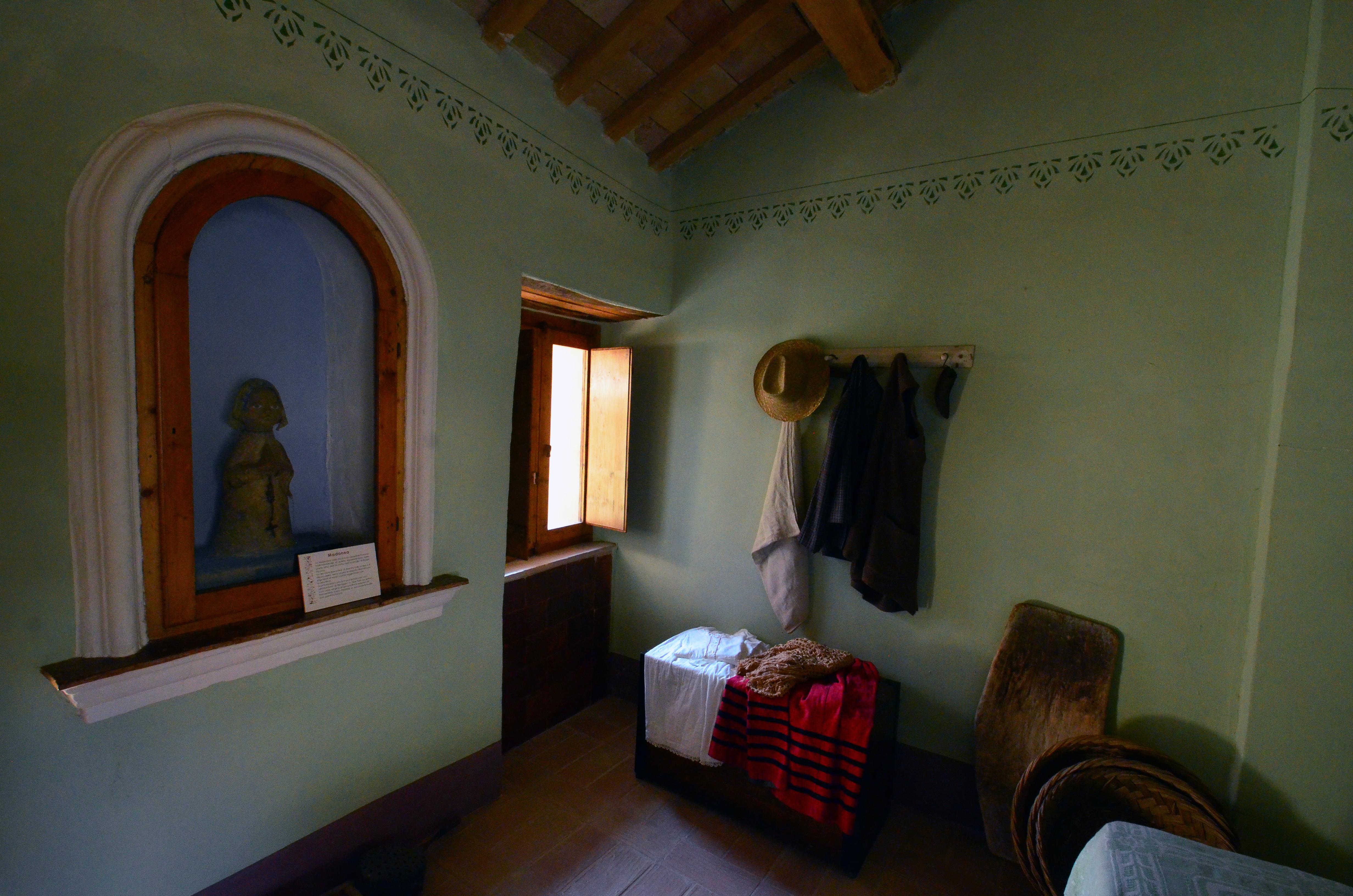 File:Casa museo - particolare della camera da letto.jpg - Wikimedia ...